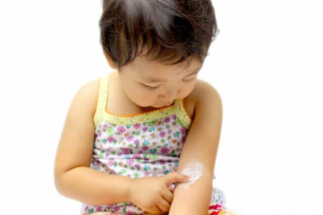 塗り薬を塗る子供