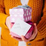 プレゼントを持つ人