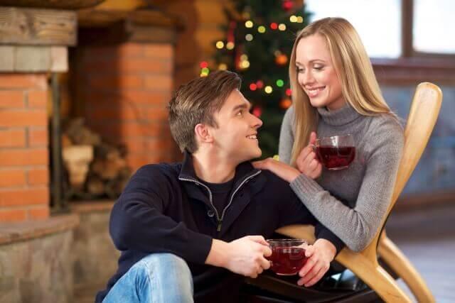 クリスマスのティータイムを過ごすカップル