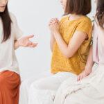 会話する女性たち