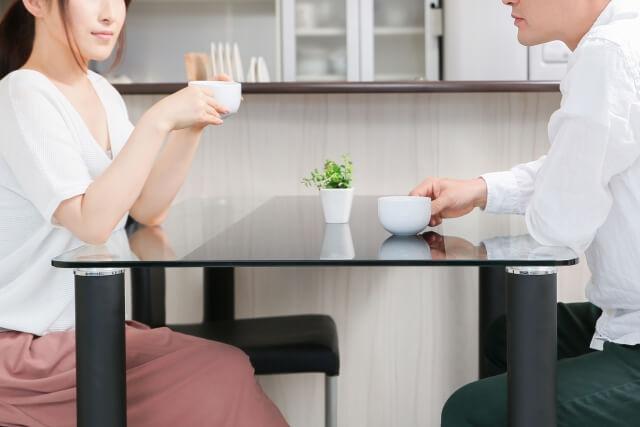 お茶を飲みながら会話を楽しむカップル