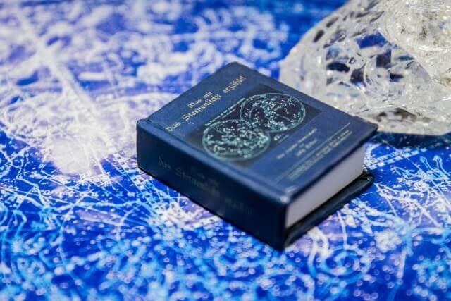占いの本と水晶