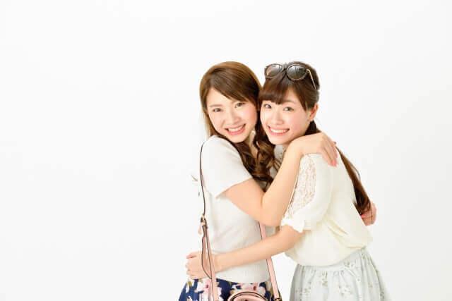 抱き合う女性2人