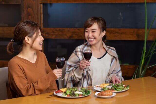楽しそうに話す女性2人