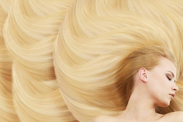 女性の美しい金髪