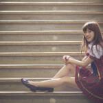階段に座る女性アイドル