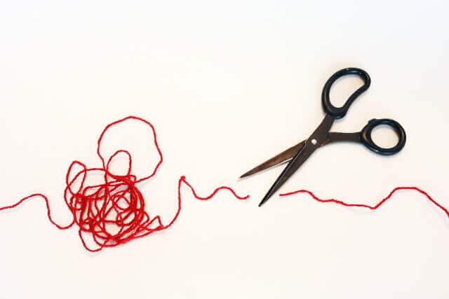 ハサミで切られた赤い糸