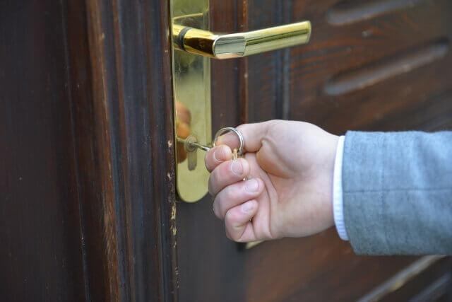 鍵をかける手