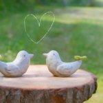 鳥の置物とハート