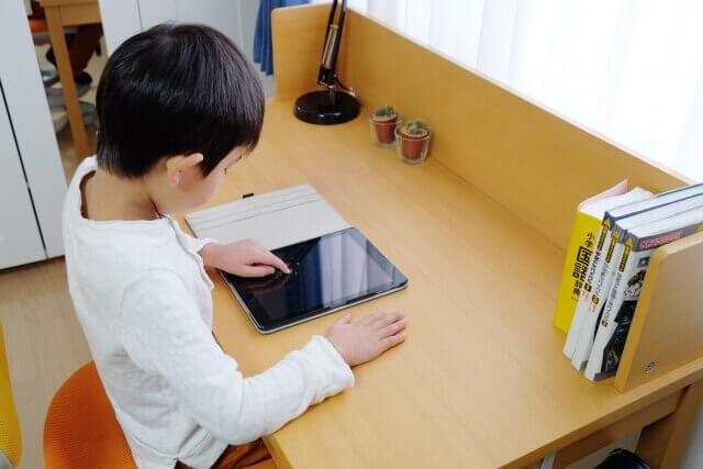 子供部屋で勉強する子供