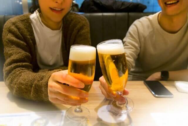 乾杯する二人