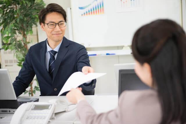 オフィスで微笑む男性