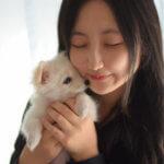 犬に頬ずりする女性