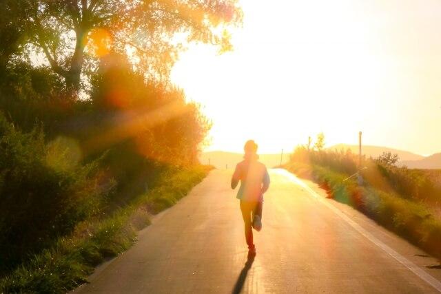 夕日に向かって走る人