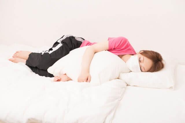 病気で寝込む女性