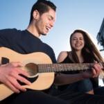 歌っている男性と女性