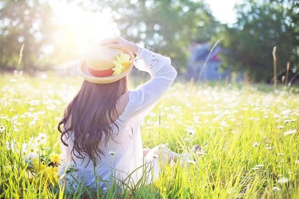 日差しを浴びて座っている女性